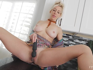 Busty kirmess MILF babe Nixy squirts for ages c in depth masturbating upon toys