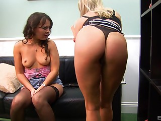 Busty mature blonde lesbian Michelle Thorne gives her friend an orgasm