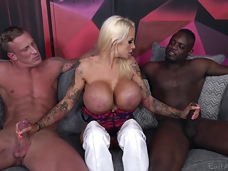 Cougar slut deals two unrefined dicks in a shunned threesome