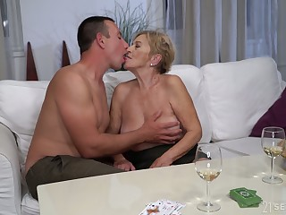 After kissing stud grown up chubby whore Mayla gives a solid blowjob