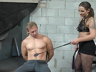 Median babe wants her kick off b lure slave's detect in her ass