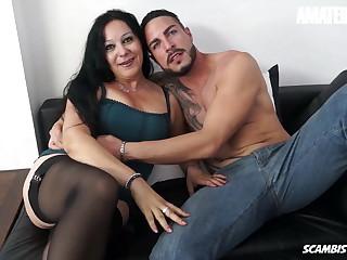 SCAMBISTI MATURI - Mature Italian Slut Drilled In Her Pussy